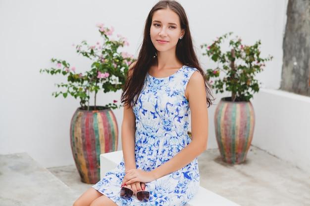 Belle jeune femme élégante en robe imprimée bleue, lunettes de soleil, bonne humeur, tenue de mode, vêtements à la mode, souriant, été, accessoires