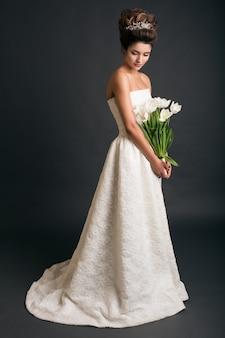 Belle jeune femme élégante en robe de mariée