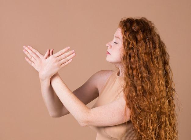 Belle jeune femme enseignant la langue des signes