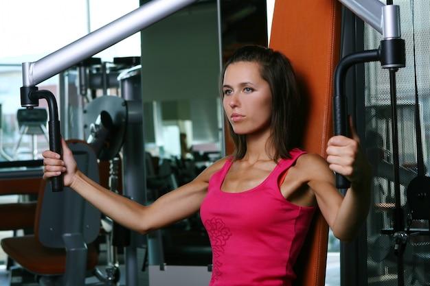 Une belle jeune femme sur l'entraînement de fitness