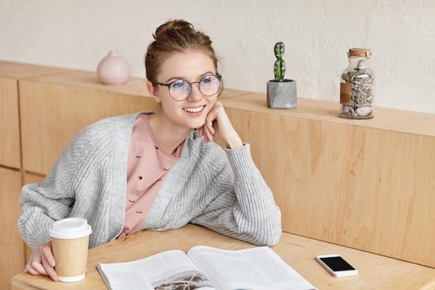 Belle jeune femme étudie à la maison