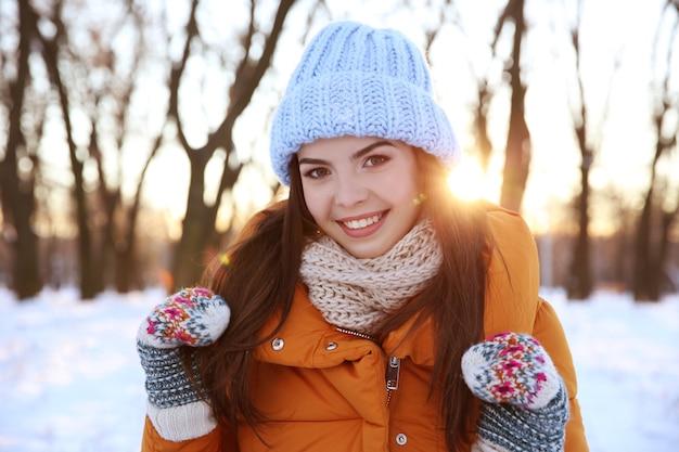 Belle jeune femme à l'extérieur le jour d'hiver
