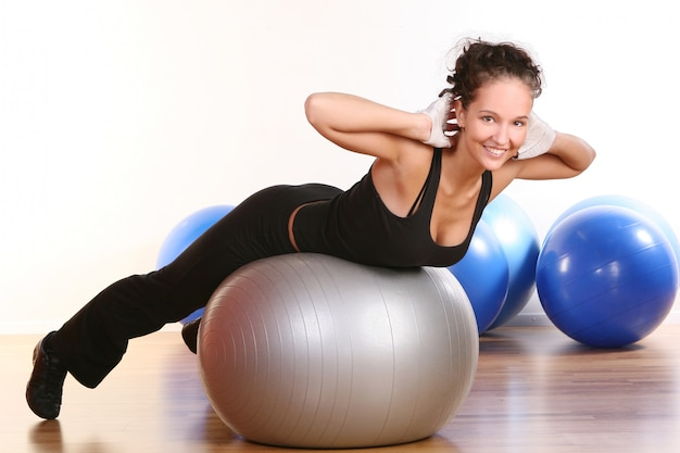 Belle jeune femme faisant du fitness