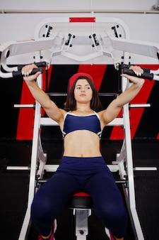 Belle jeune femme faisant des exercices