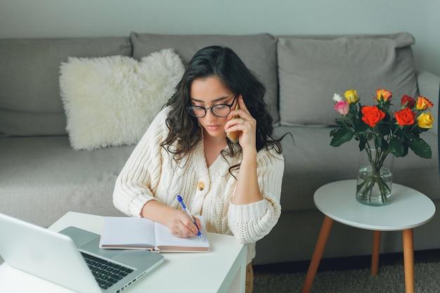 Belle jeune femme fait des achats en ligne. travailler sur internet. bureau à domicile. covid19.