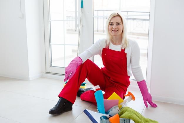 Belle jeune femme fait le nettoyage de la maison.