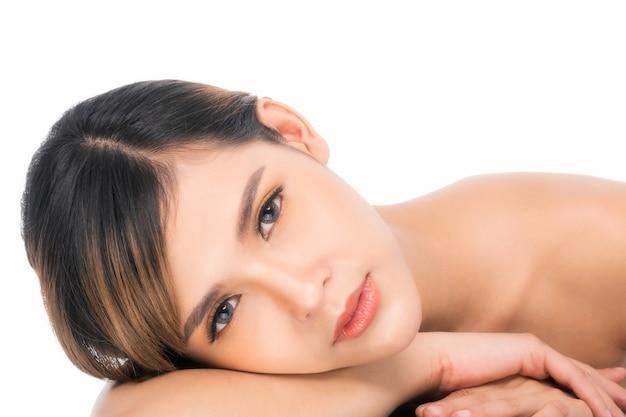 Belle jeune femme (fille asiatique 20-30 ans) à la peau douce et propre