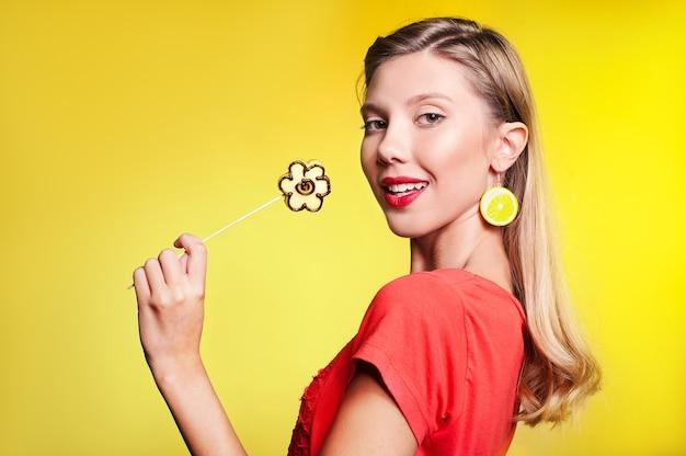 Belle jeune femme avec fleur de fruit