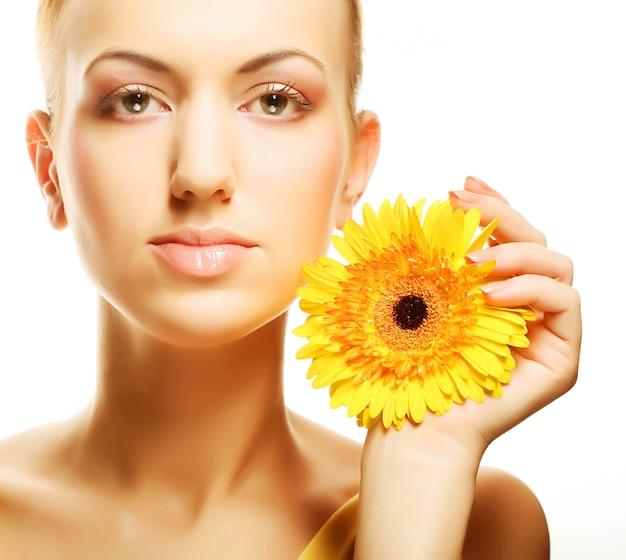 Belle jeune femme à la fleur de gerber
