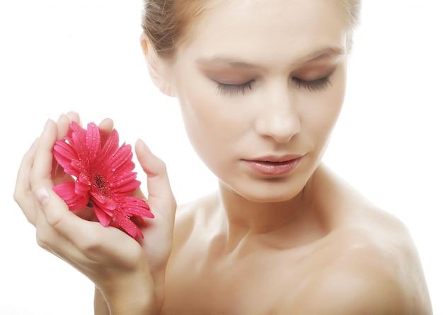 Belle jeune femme avec fleur de gerber