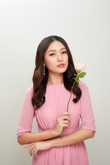 Belle jeune femme avec des fleurs. peau parfaite.