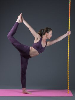 Belle jeune femme en forme sportive pratique le yoga asana.