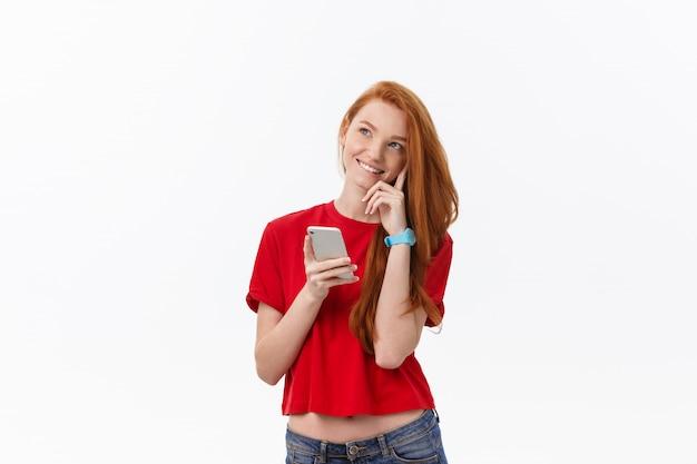 Belle jeune femme heureuse à l'aide de téléphone intelligent.