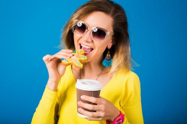 Belle jeune femme hipster, manger des cookies, boire du café