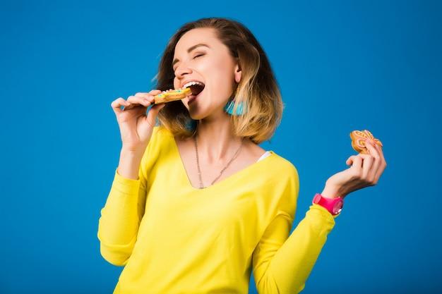Belle jeune femme hipster, manger des cookies