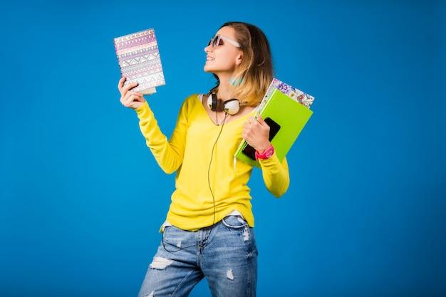 Belle jeune femme hipster tenant des livres