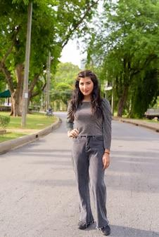 Belle jeune femme indienne dans les rues du parc