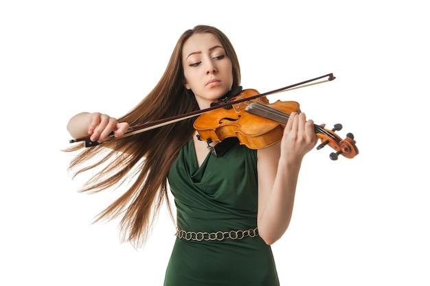 Belle jeune femme jouant du violon sur fond blanc