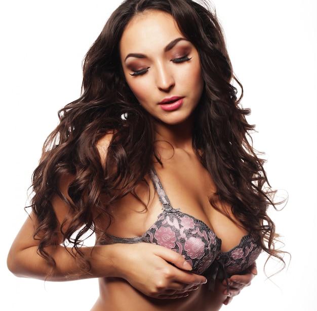 Belle jeune femme en lingerie sexy, amour et passion sur blanc