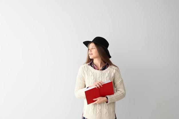 Belle jeune femme avec livre