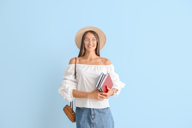 Belle jeune femme avec des livres sur la couleur