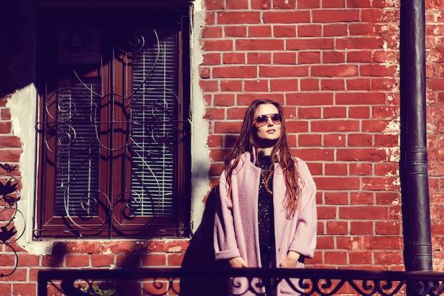 Belle jeune femme à lunettes de soleil