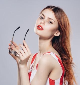 Belle jeune femme à lunettes, studio