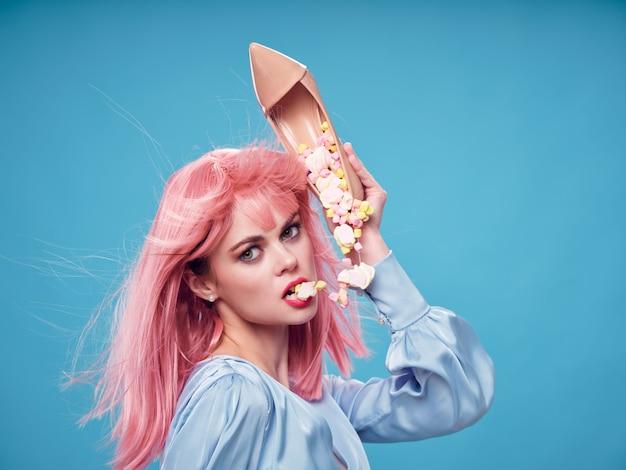 Belle jeune femme mangeant des bonbons de son talon
