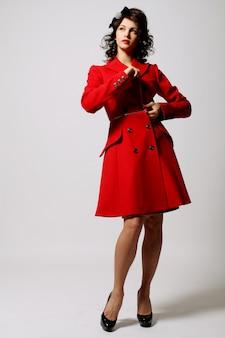 Belle jeune femme en manteau rouge