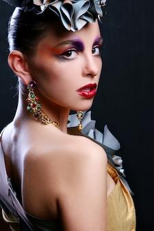 Belle jeune femme avec un maquillage créatif