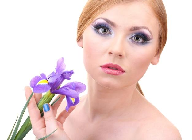 Belle jeune femme avec maquillage glamour et fleur, isolé sur blanc
