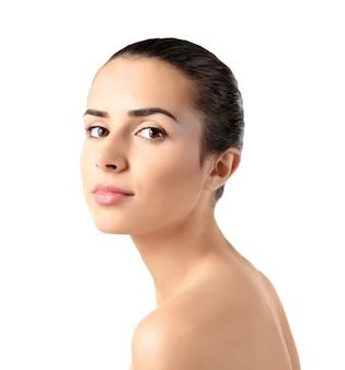 Belle jeune femme avec un maquillage naturel sur fond blanc