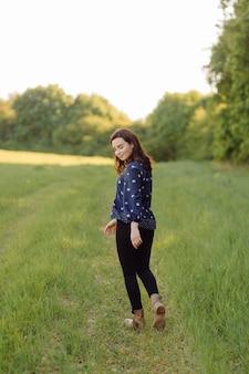 Une belle jeune femme marchant dans la forêt