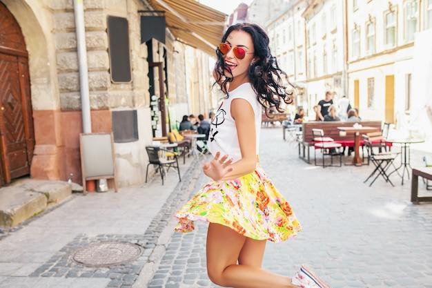 Belle jeune femme marchant dans la rue de la vieille ville