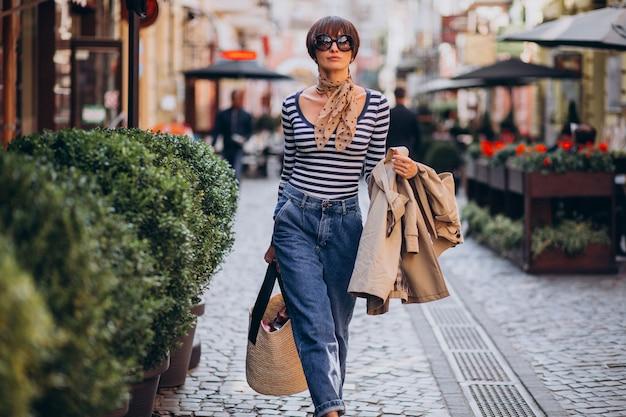 Belle jeune femme marchant sur une journée ensoleillée