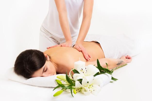 Belle jeune femme sur massage spa