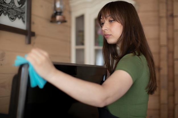 Belle jeune femme ménagère nettoyage maison