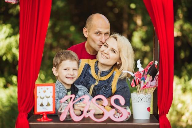 Une belle jeune femme, mère avec père et fils dans la forêt se reposant sur un pique-nique et prendre des photos