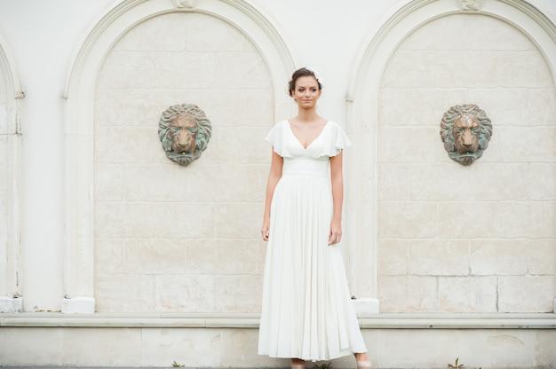 Belle jeune femme de mode en été robe blanche légère dans la ville