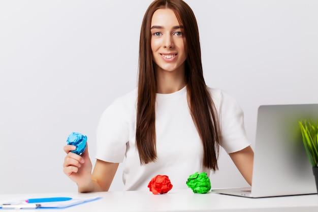 Belle jeune femme montre sur des sujets le concept de développement des affaires