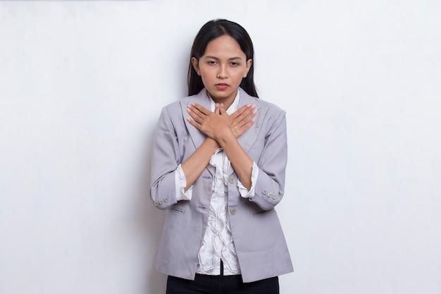 Belle jeune femme musulmane asiatique ayant une crise cardiaque isolée sur fond blanc