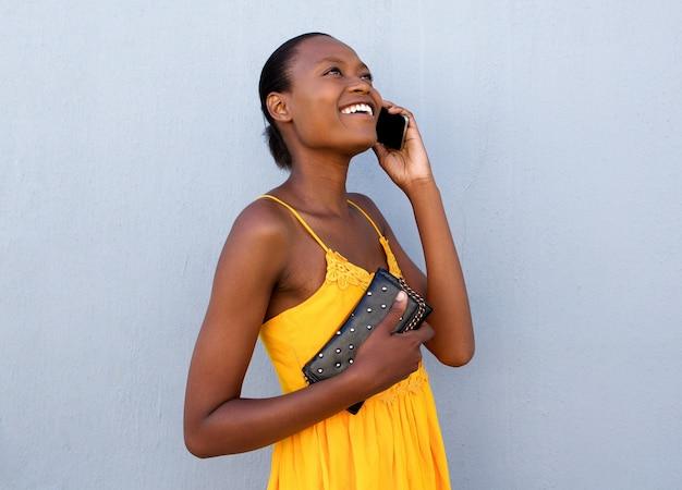 Belle jeune femme noire parlant sur téléphone portable