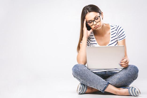 Belle jeune femme avec ordinateur portable