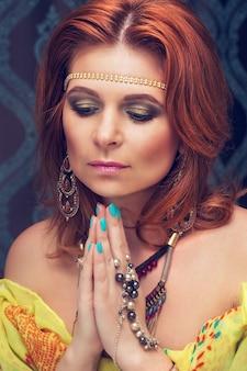 Belle jeune femme orientale a plié ses mains en prière