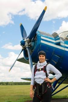 Belle jeune femme en parachutisme
