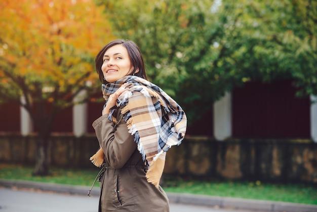Belle jeune femme sur le parc automnal en journée ensoleillée.