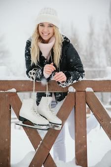 Belle jeune femme avec des patins à glace, gros plan