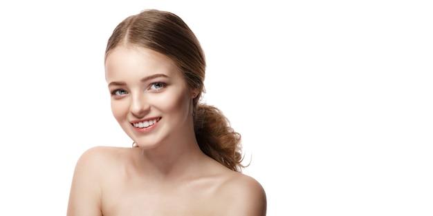 Belle jeune femme avec une peau fraîche et propre sur blanc