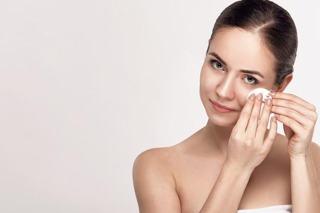 Belle jeune femme avec une peau fraîche et propre