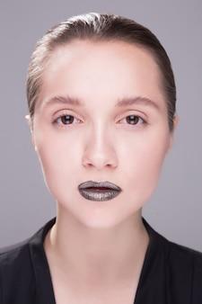 Belle jeune femme avec une peau propre et fraîche détourne les yeux. traitement facial . cosmétologie
